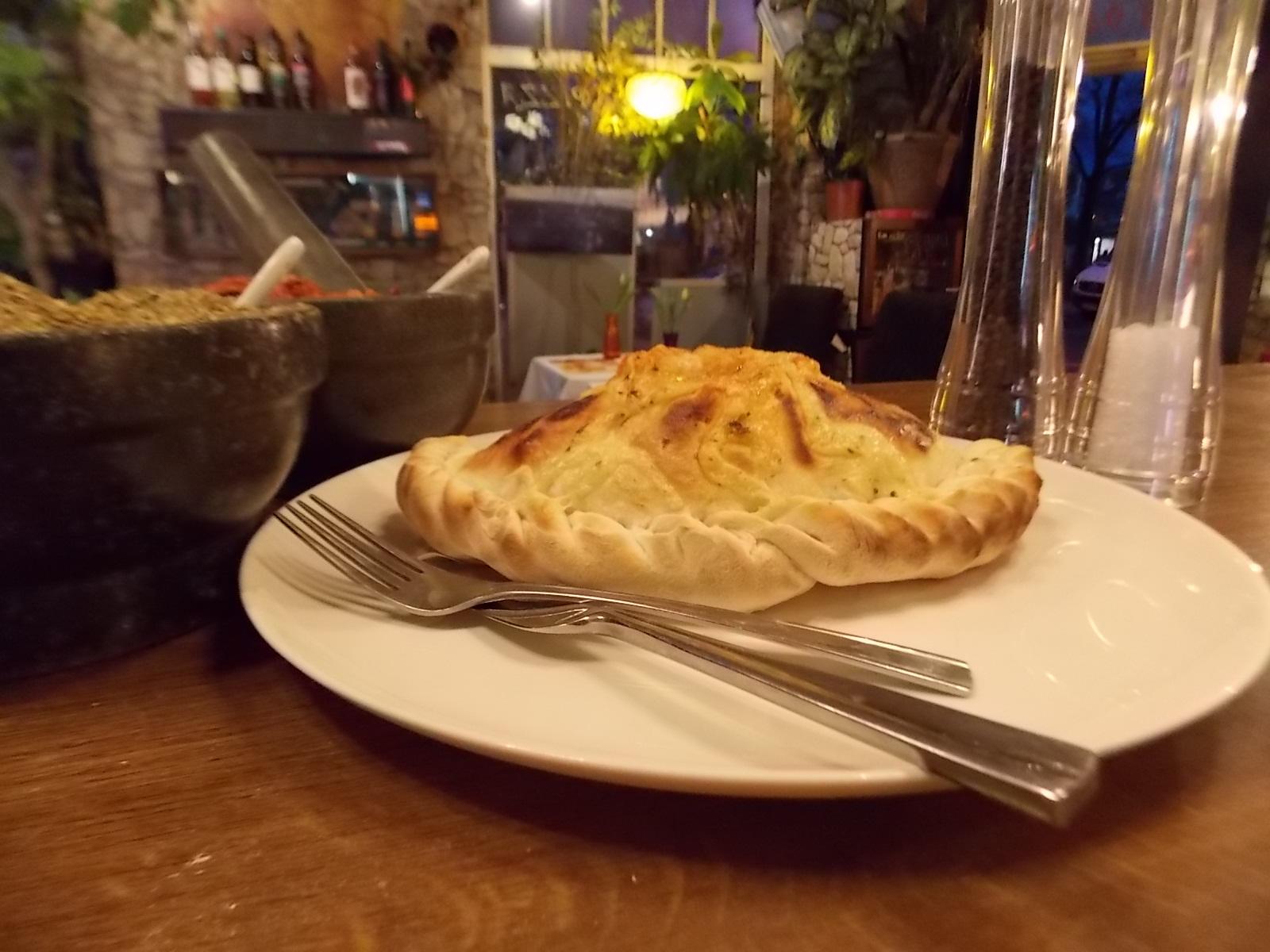 Pizza Calzone ist eine italienische gefüllte Pizza   Der herzhafte Pizza-Calzone Gebacken im Original Vulcano Steinofen und gefüllt mit herzhaften Zutaten.  Die große Sortenvielfalt bietet echte Genussmomente für jeden Geschmack. Bestimmt finden auch Sie hier Ihren Favoriten!